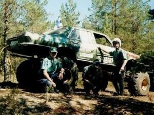 """MERSU  - chevy 350 cid - 350 aski - unimoginakselit - nelipyörä ohjaus - 100%lukot - auton kori S-Mersu - renkaat 42""""x15""""x15"""" Super Swampperit"""