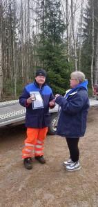 Jari Rantanen sai käteensä AKK:n pronssisen ansiomerkin karkauspäivän ajotapahtumassa Birgit Vartiaiselta.